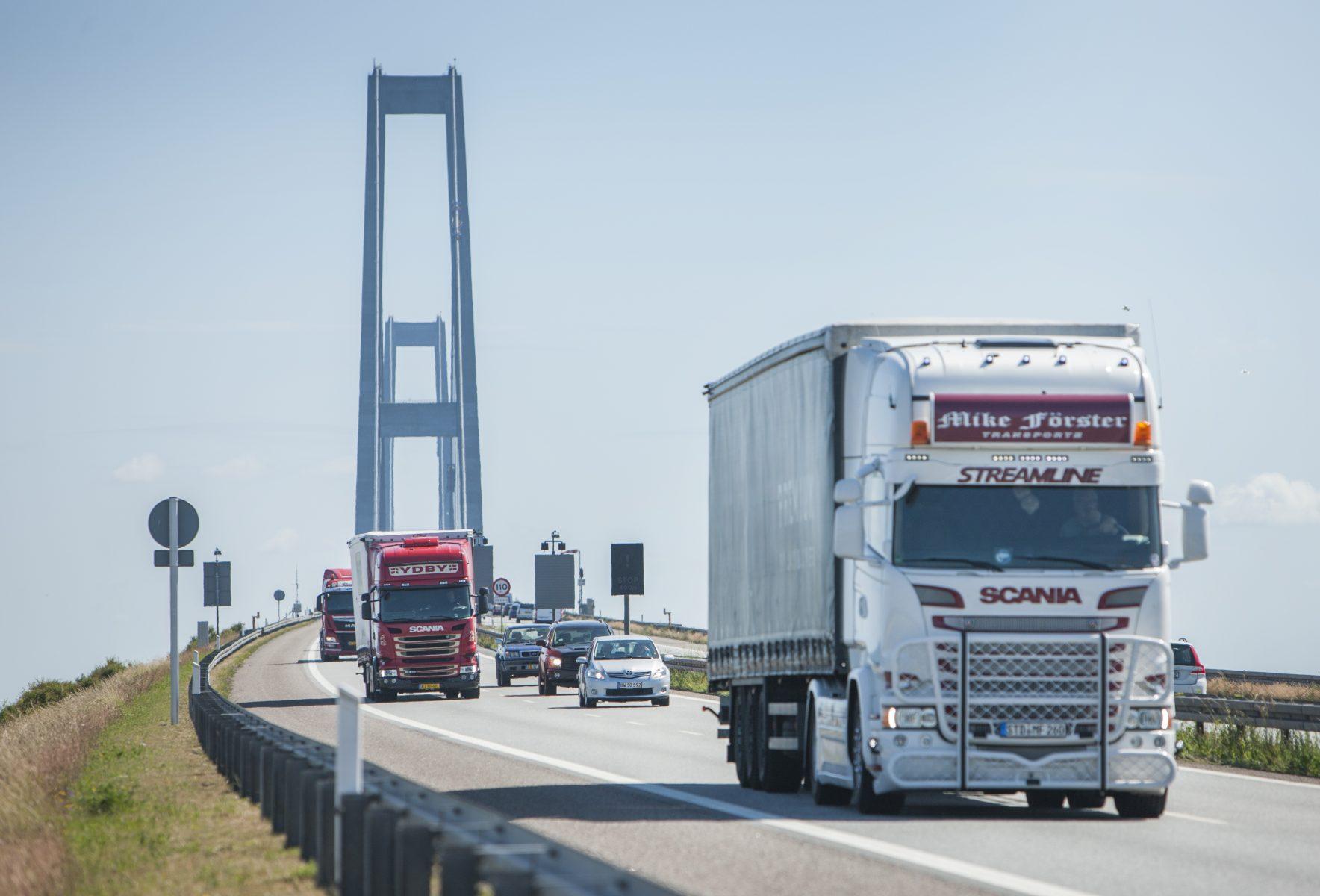 Lastbiler med GPS over bro